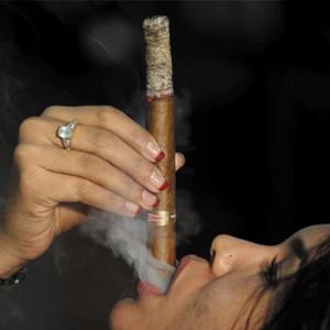 Hút xì gà như thế nào cho đúng và Kinh nghiệm cho người mới.