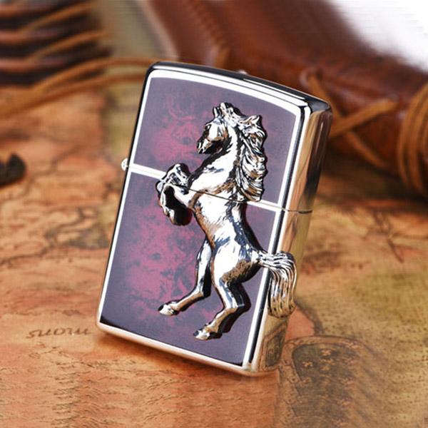 Bật lửa Zippo dòng Mỹ xuất Nhật - Chú ngựa bạc nền sơn mài đỏ - 0988 00 11 31