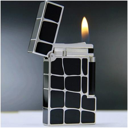 Bật lửa S.T.Dupont sơn mài đen viền trắng kẻ caro to lệch - Mã SP: BLD174